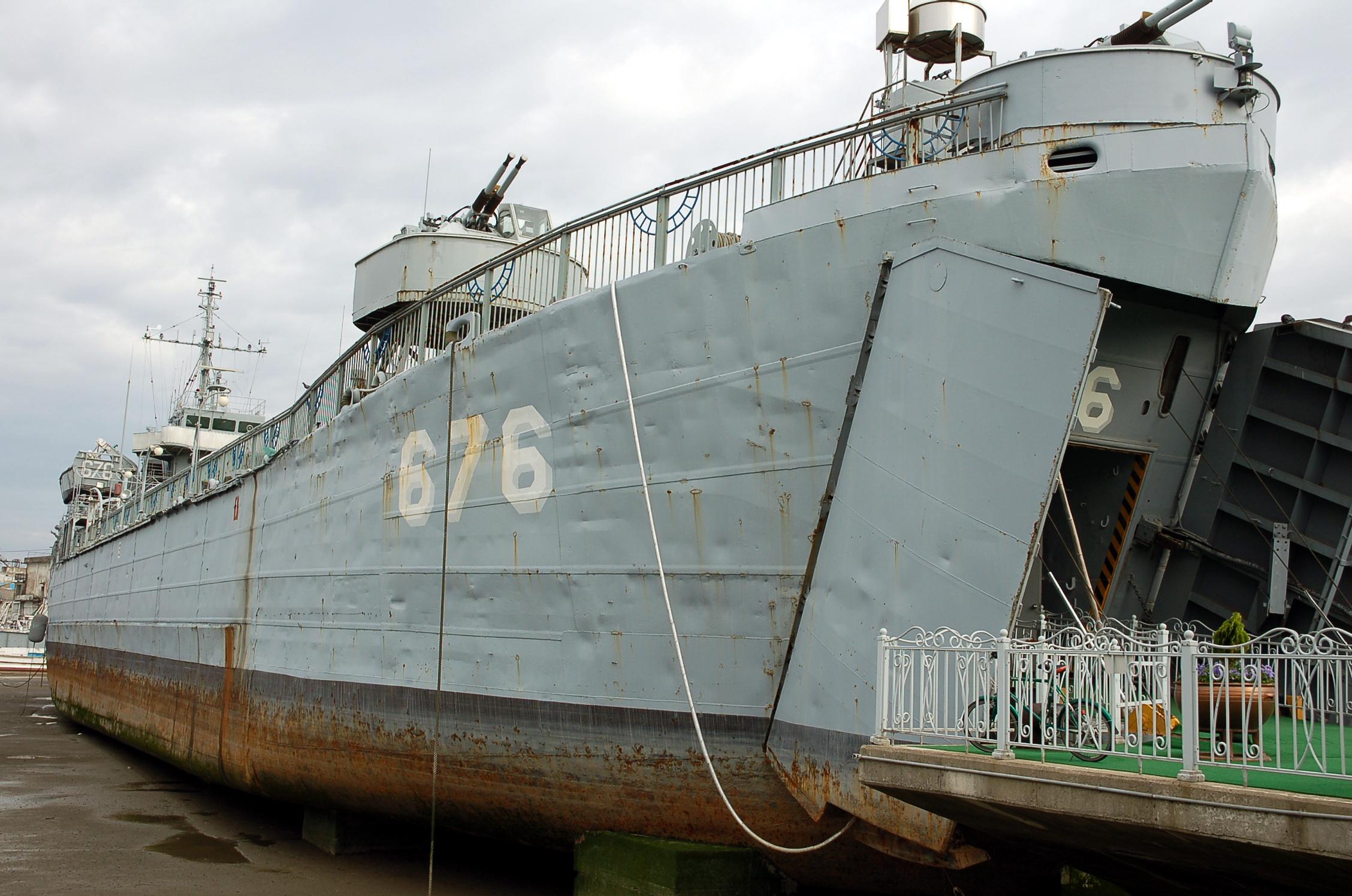 군산진포해양공원, 미 해군에서 건조되어 2차세계대전 및 월남전에 참전했다 대한민국에 인수된 해군상륙함인 LST676호 위봉함입니다. 내부 관람이 가능합니다.