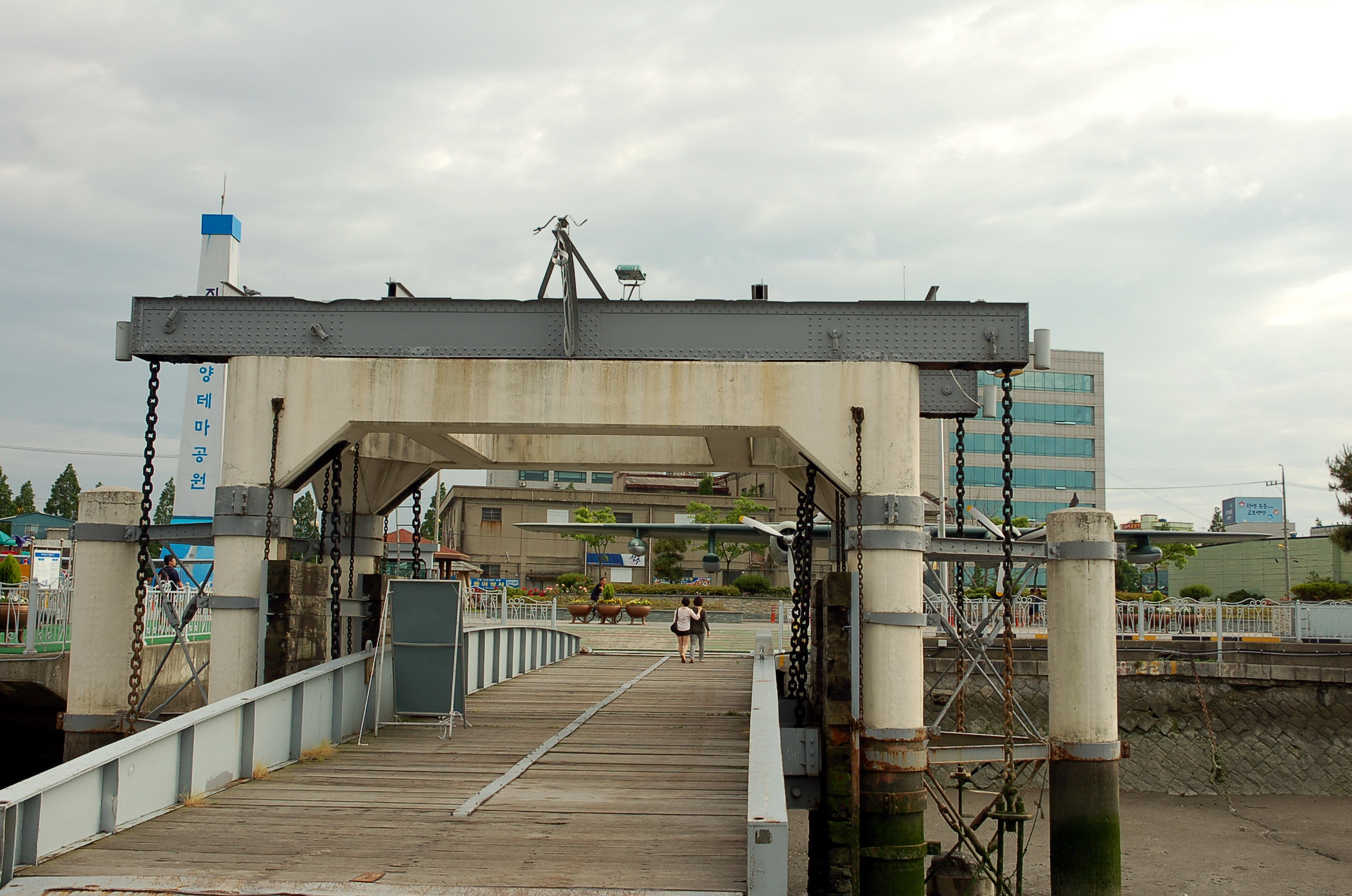 군산진포해양공원, 조수간만의 차가 큰 서해 군산에서 볼 수 있는 '뜬다리'입니다. 수위에 따라 다리의 높이가 자동으로 조절되는 선박의 접안시설물입니다. 1926년부터 총 4기가 설치되었는데 현재는 3기만 남아있습니다.