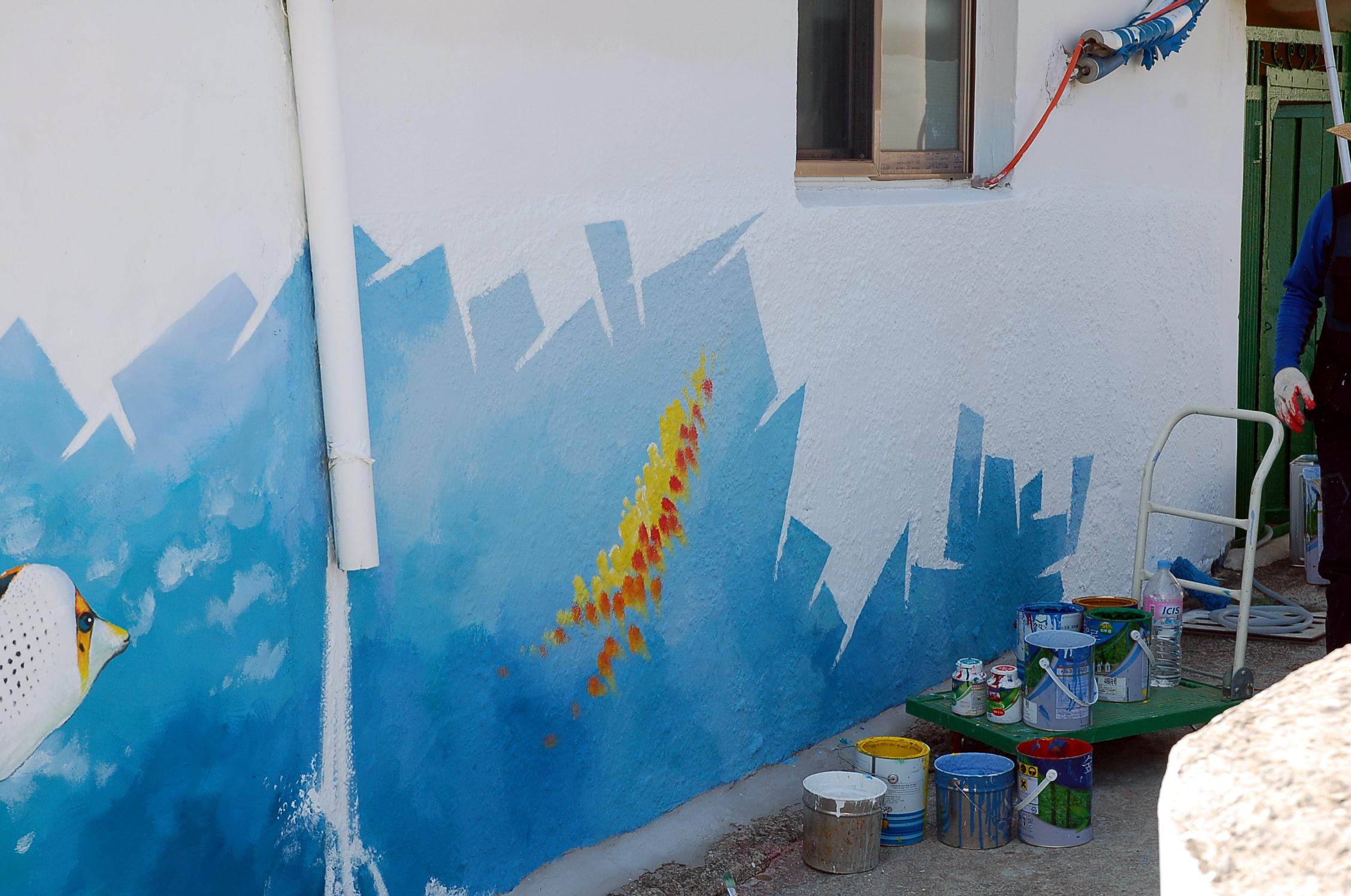 여수 벽화마을, 아직도 새로운 그림들이 계속 추가되고 있습니다.